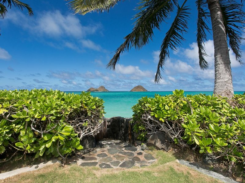 New Lanikai Oceanfront Listing, Just Steps Away From Secluded White Sand Beach!, location de vacances à Lanikai