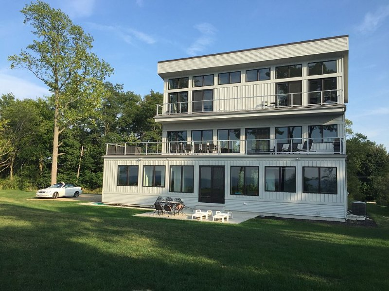 New Beachfront Contemporary, Unparalleled Views, location de vacances à Berrien County