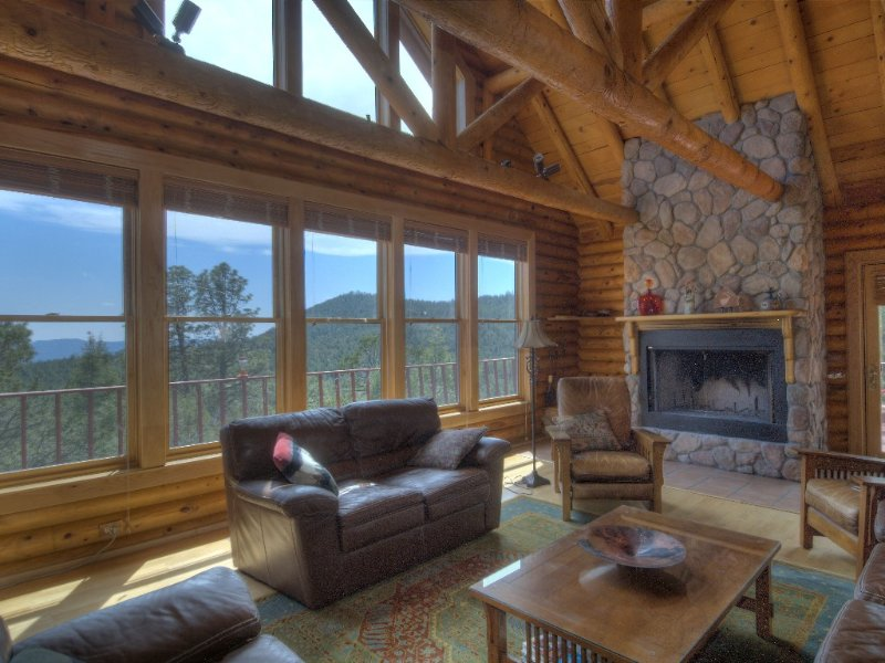 Log Home Near Santa Fe, New Mexico with Million Dollar View, casa vacanza a Pecos