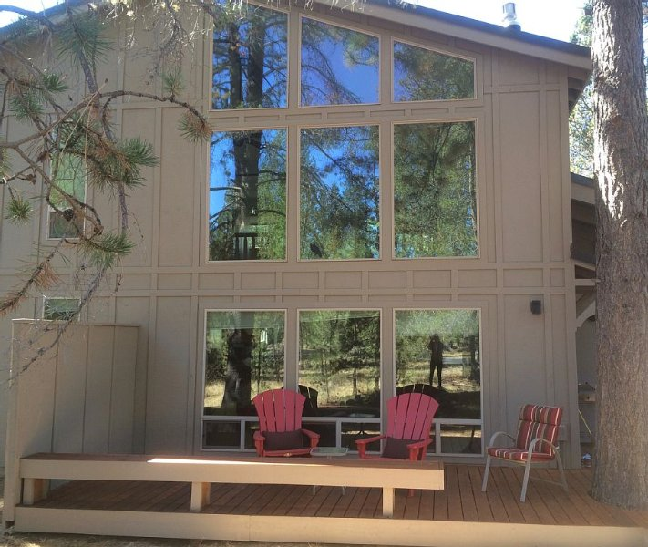 Tranquil, well-kept Cabin with Log Furniture & SHARC passes at 1, Whistling Swan, vacation rental in Sunriver