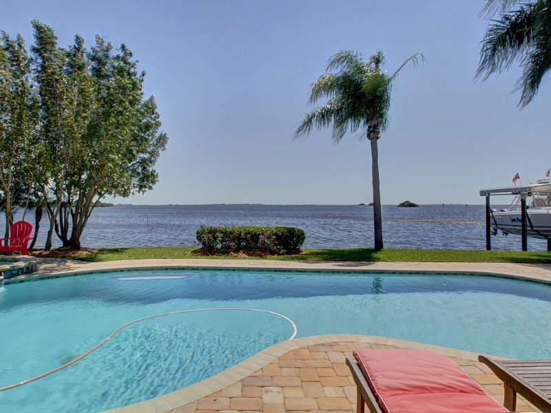 A Boater's Paradise - Single-family Waterfront Home With Deep Water Dock, alquiler de vacaciones en Crystal Beach