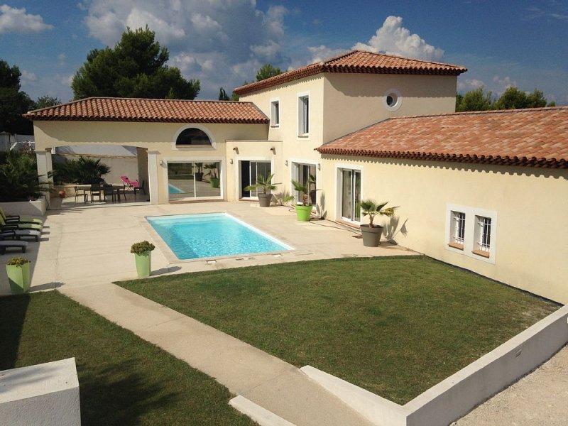 Magnifique Villa moderne de 300 m2 au calme avec Piscine. Idéal grande Famille, vacation rental in Marignane