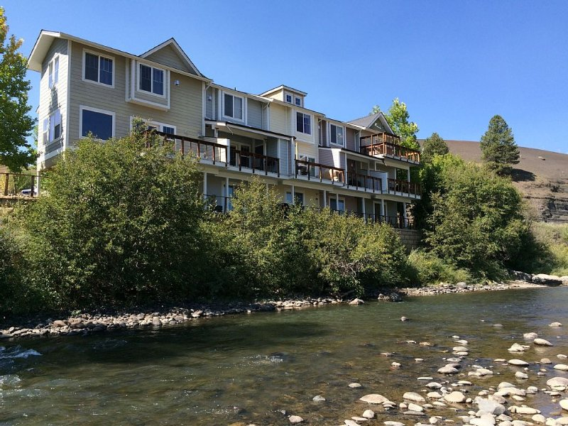 Right on the River, Big Views, Close To Town, Quiet Location, Pool Table., alquiler de vacaciones en Pagosa Springs