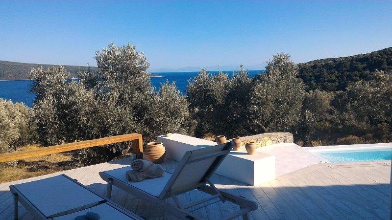 Una splendida villa  in un uliveto affacciato sul mare, holiday rental in Agios Petros