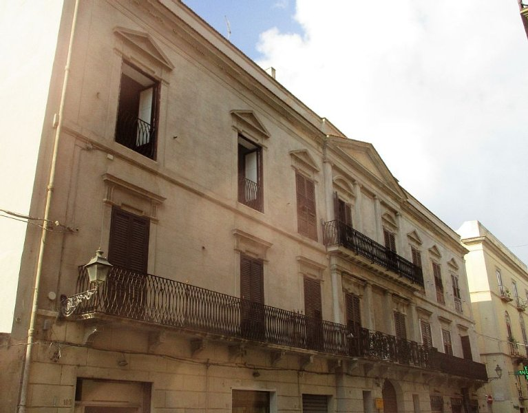 At the heart of Historical Center between C. Vittorio Emanuele and the beach, 2, holiday rental in Trapani