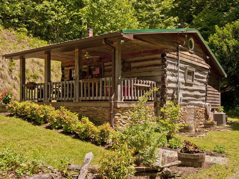 Authenic 1890's Log Cabin On 45 Acres Of Scenic Mountain Side Hiking, Ferienwohnung in Leicester