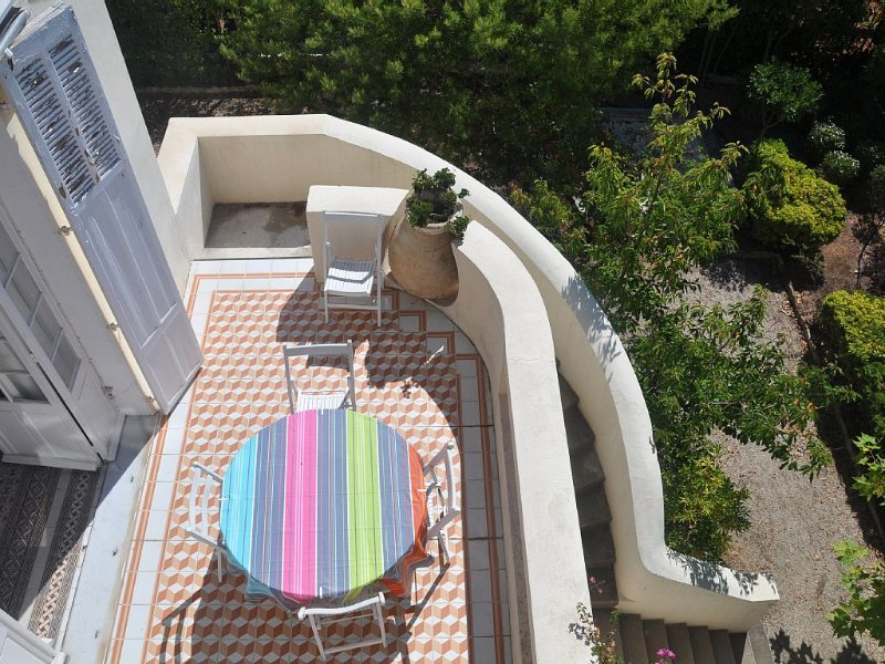 Large Villa with Character 50 meters from the beach, Ferienwohnung in Bandol