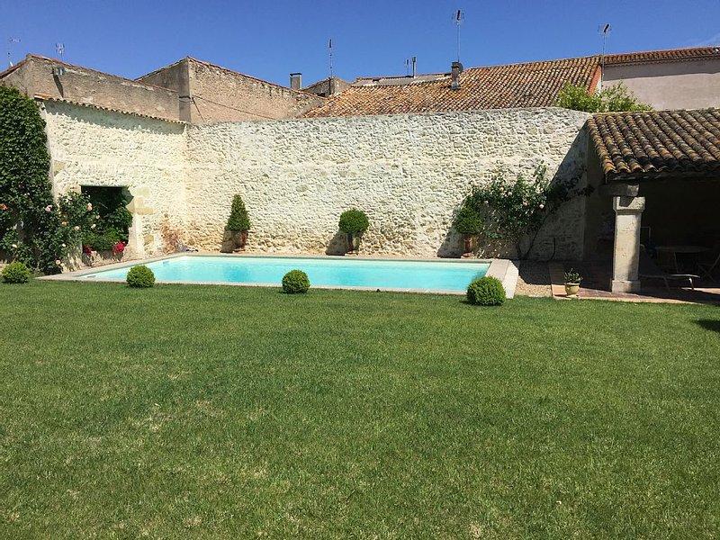 Maison de charme entièrement rénovée avec piscine au cœur du village pour 4 pers, holiday rental in Capestang