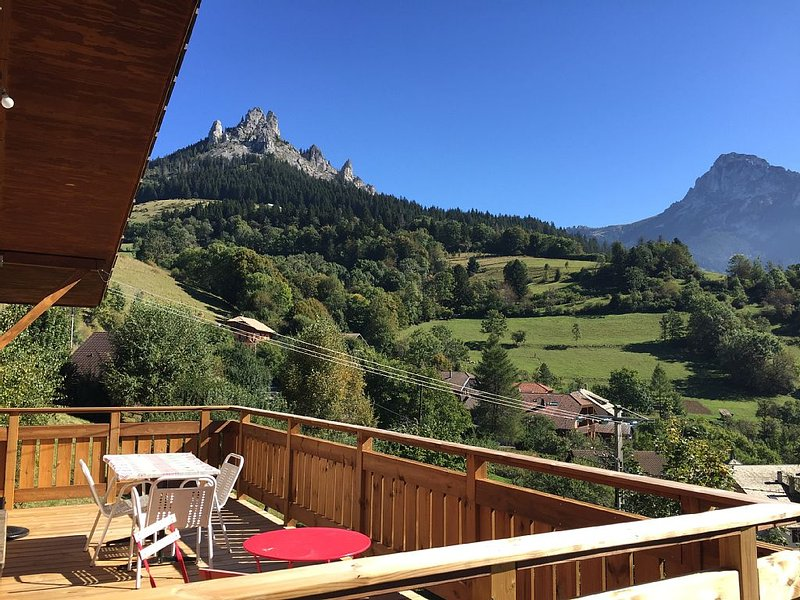 Chalet Le bois d'Holly, 10 personnes, 5 chambres, avec cheminée, holiday rental in Vacheresse