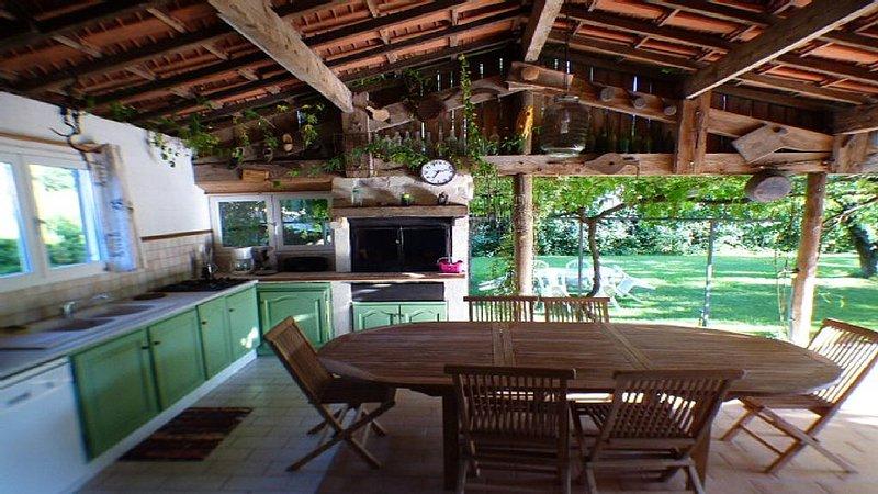 Villa :cuisine d'été,terrasse,piscine chauffée  privée,barbecue,parking ombragé, holiday rental in Venejan