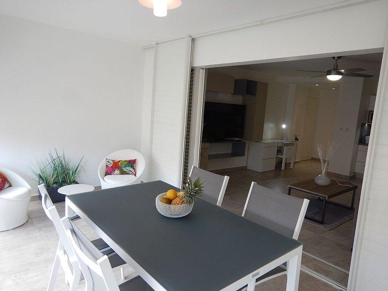 Appartement de standing avec piscine et accès direct à la plage, holiday rental in Le Gosier