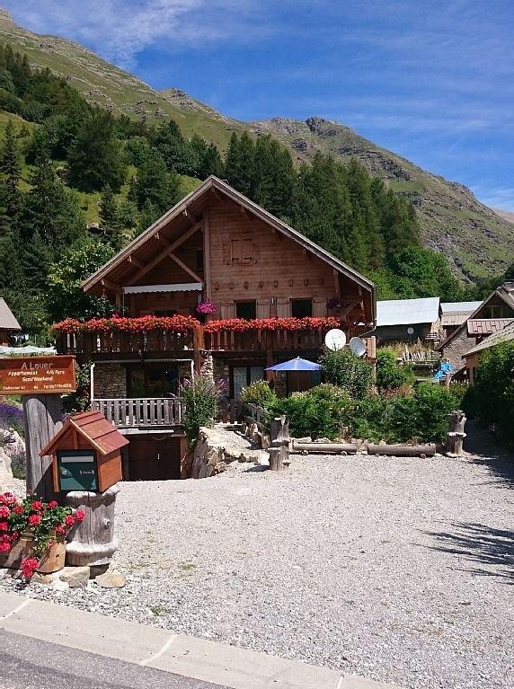 """el alojamiento """"subida de Au Petit"""" en la planta baja a la derecha, con su jardín y parking"""