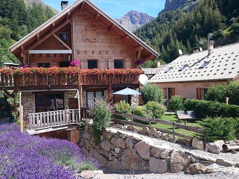 La casa, con su jardín, orientación sur