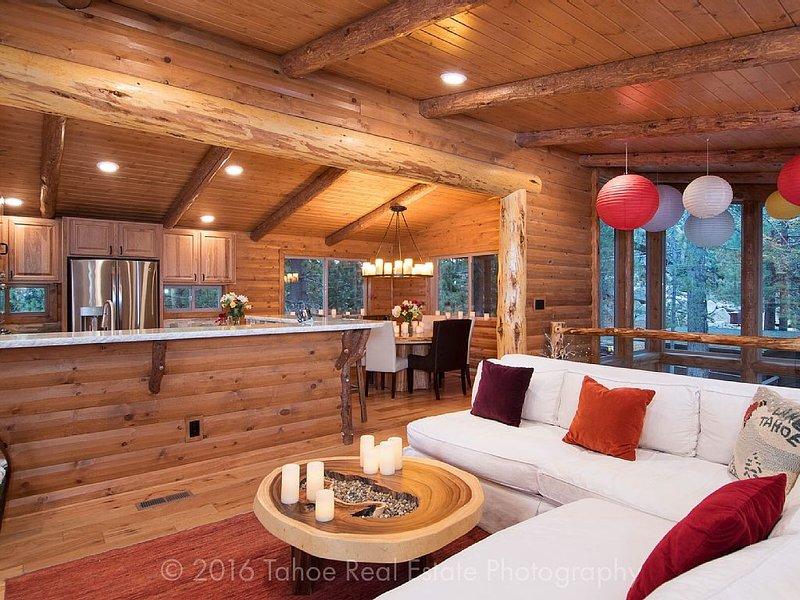 Disfrutar de las vistas del hermoso Lago Tahoe desde la sala de estar. velas sin llama románticas están en todas partes