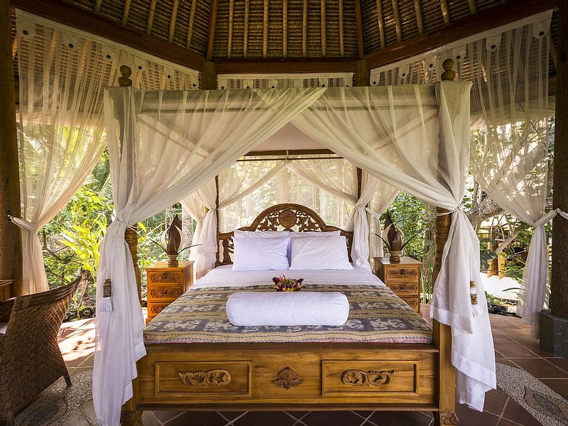 STRIKING VIEWS, SUBLIMELY ROMANTIC 4PAX A/C FULLY CATERED LUXURY PRIVATE POOL, holiday rental in Karangasem