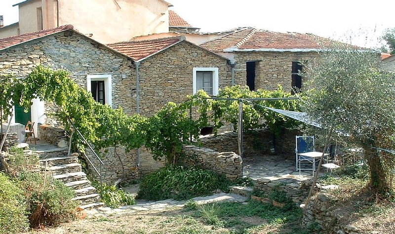 A Charming, Historic Village House With Pool, Near The Sea With Stunning Views, vacation rental in Imperia