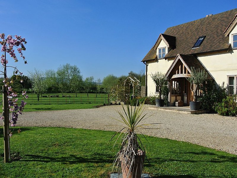 Luxury family friendly oak framed cottage with contemporary interior style, aluguéis de temporada em Tewkesbury
