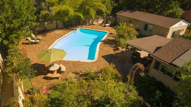 Private Garden Home with Large Saltwater Pool,  Serene Office, Fireplace etc., alquiler de vacaciones en West Hollywood