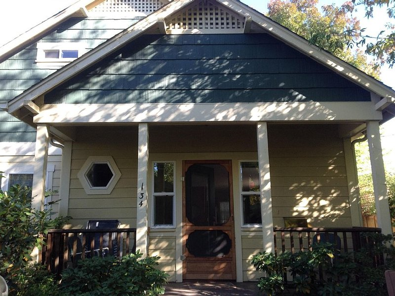 Stacy's 2nd St Cottages .. Steps to theaters, Lithia Park and downtown Ashland, holiday rental in Ashland