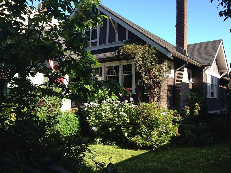 Charming Upstairs Suite In Historic Grandview Woodland, holiday rental in Vancouver