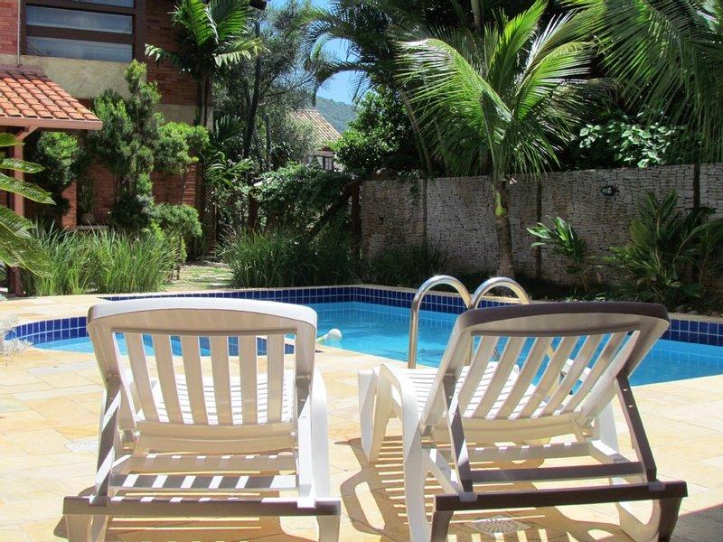 Casa com Piscina, 5 quartos a 150m da praia, holiday rental in Bombinhas