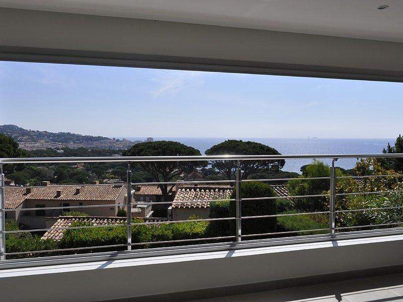 DOMAINE LA CROISETTE  MAGNIFIQUE VILLA VUE MER PANORAMIQUE A 2mn DES PLAGES, holiday rental in Sainte-Maxime