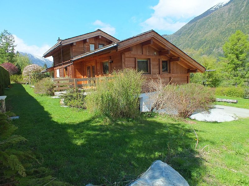 new semi-detached chalet, quiet and comfortable. With 2 bedrooms and 2 bathroom, vacation rental in Chamonix