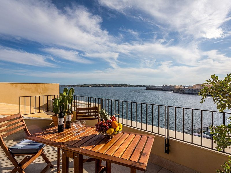 Lovely newly restored apartment with terrace and gorgeous sea view + wi fi, location de vacances à Syracuse