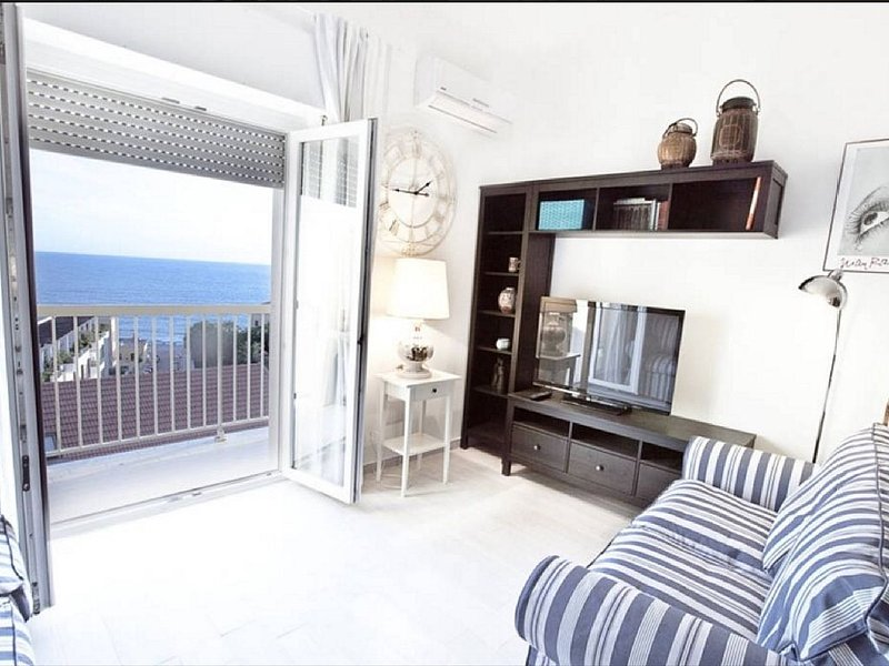 Attico luminoso con incredibile vista mare in centro ad Alghero con AC e WiFi, holiday rental in Alghero