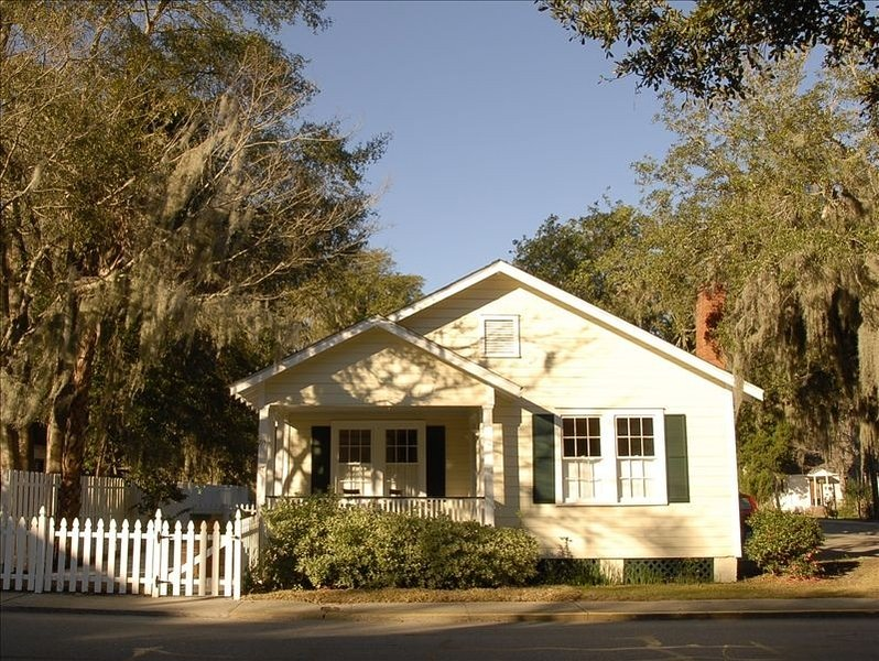 Adorable Bungalow in the Heart of the Historic District!, vacation rental in Lady's Island