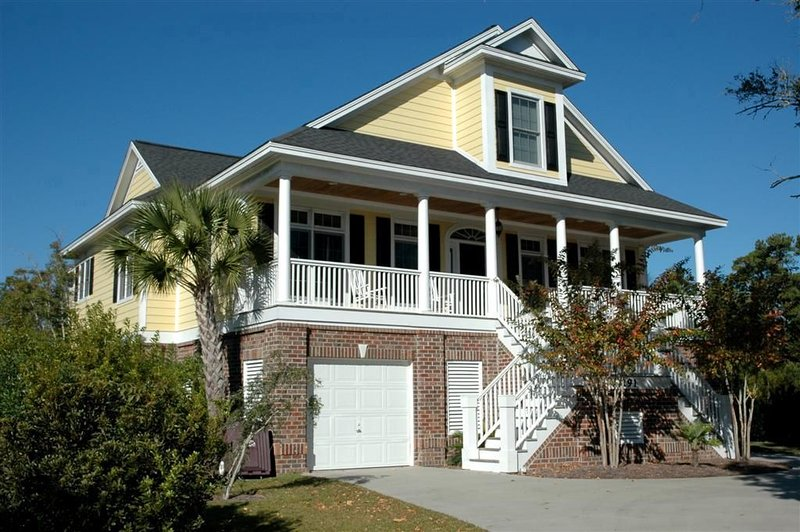 Tranquil Beach House Conveniently Located Near the Ocean, vacation rental in Georgetown