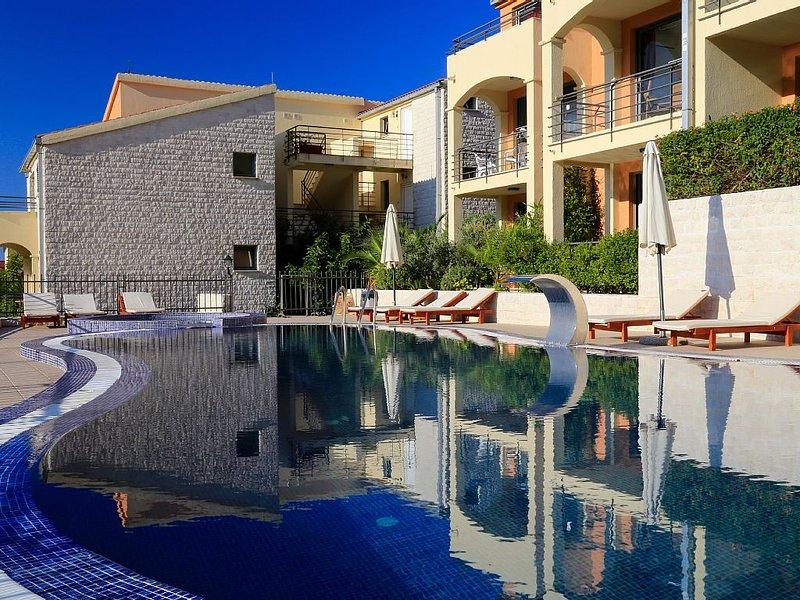 Modern Becici apartment with two pools and stunning sea views, alquiler de vacaciones en Municipio de Budva