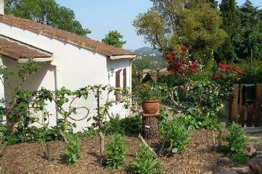 Charmante maison indépendante sur Fréjus,petit jardin clos et ombragé ,chiens, Ferienwohnung in Fréjus