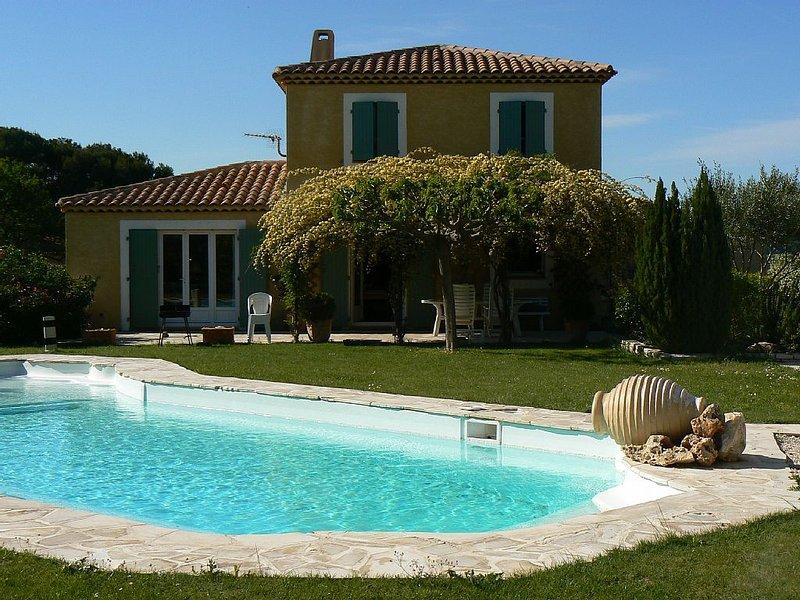 Villa provençale en campagne Aixoise,calme et ensolleillée 10 à 11 personnes ., holiday rental in Coudoux
