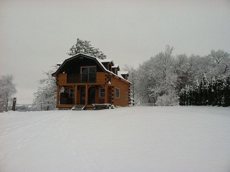 Heritage Hideaway- Secluded Log Cabin, holiday rental in Preston