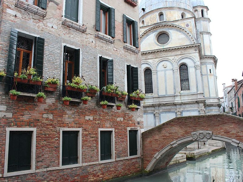 Charming, views Of Canals, Gondolas, Church Of The Miracoli – semesterbostad i Venedig