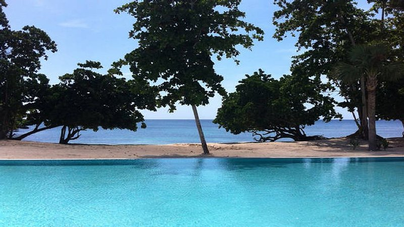upscale 1 bedroom apartment in private beach community, Ferienwohnung in Negril