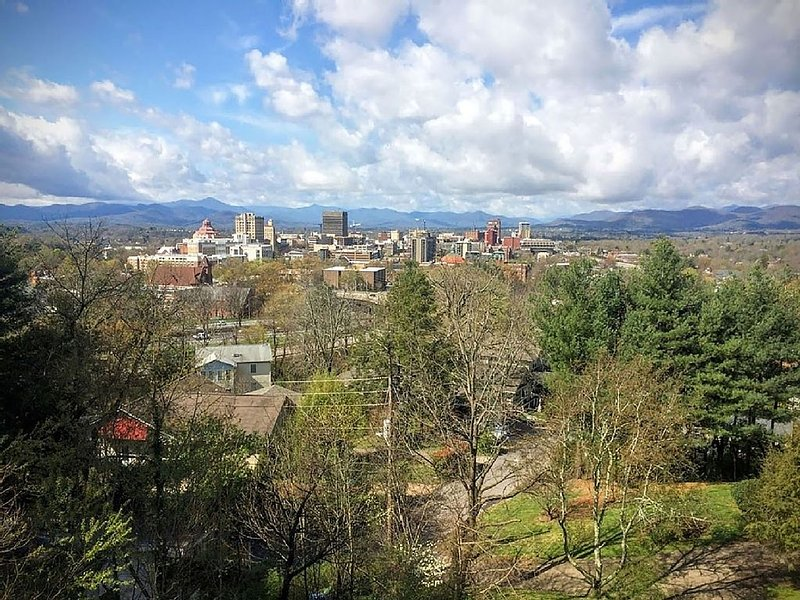 Walk to downtown, great porch for city & mountain views. King beds., location de vacances à Asheville