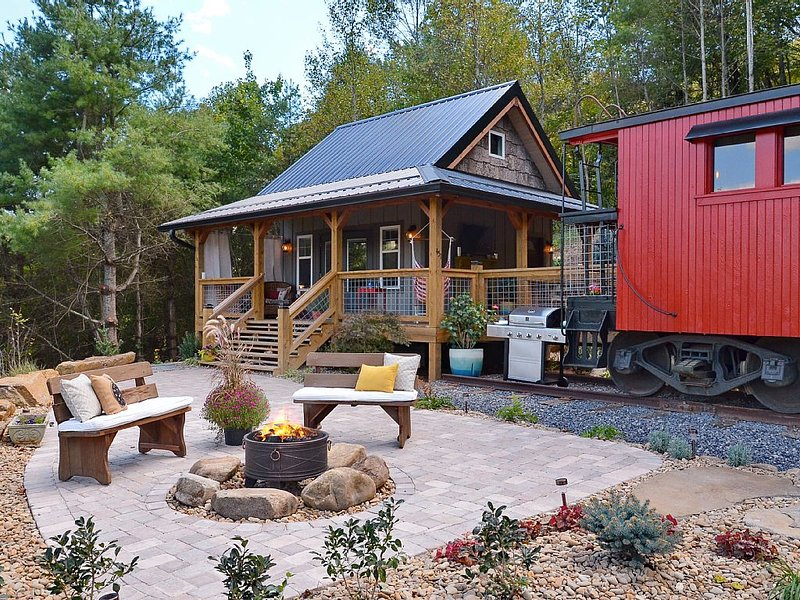 Upscale 1926 C&O Train Caboose Tiny House Minutes to Waynesville & Asheville – semesterbostad i Waynesville