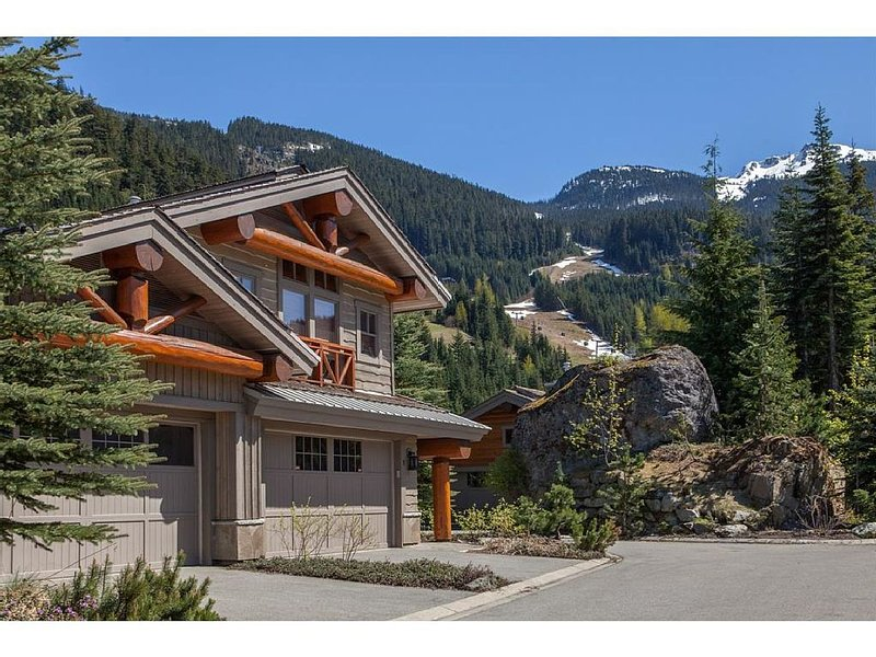 The Heights Ski-In/Out, Luxury Home, Sleeps 12, Private Hot Tub, vacation rental in Whistler