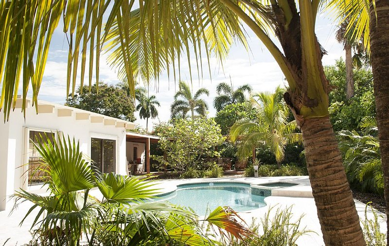 Private jungle - walk to the beach and Galleria strip, holiday rental in Fort Lauderdale