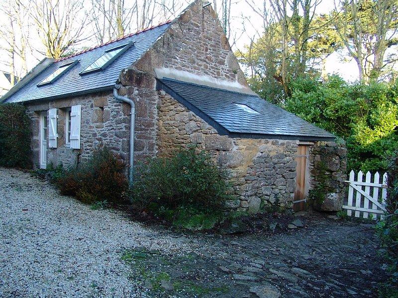 Maisonnette en vieilles pierres typique du pays du Léon, location de vacances à Landunvez