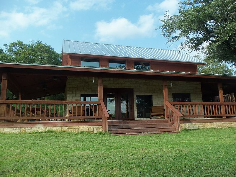 Quiet cabin in the woods on 70 acres, holiday rental in Gatesville