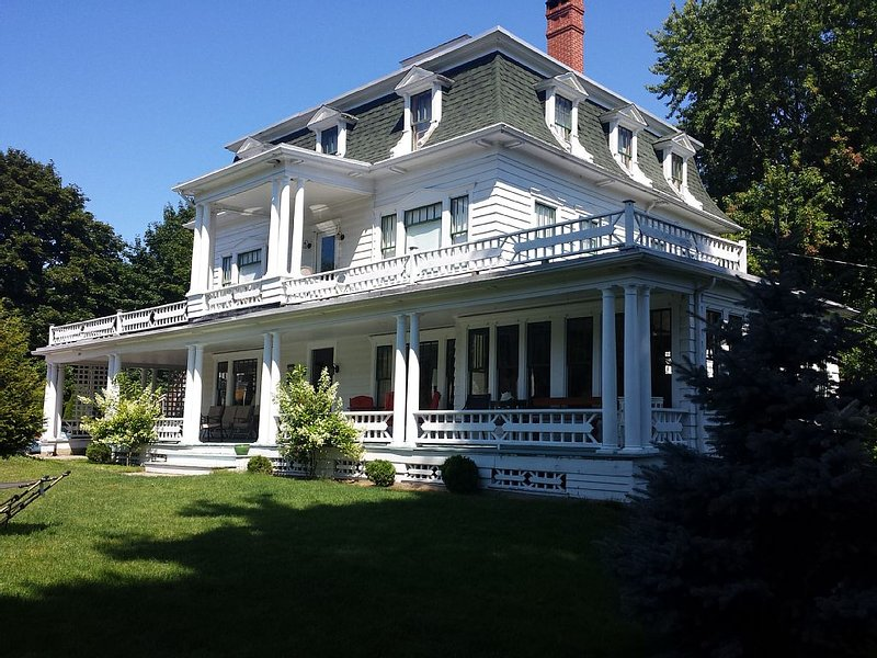 Holiday Mansion near the beach. Stately elegance, gracious, clean and comfy!, alquiler de vacaciones en Biddeford