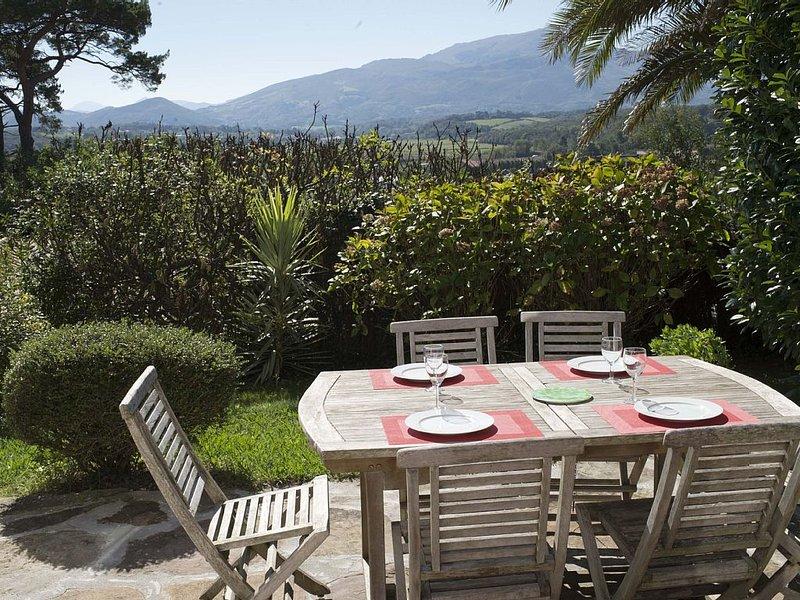 Appt duplex ***2/5per , jardin,vue imprenable sur la Nivelle  la Rhune, holiday rental in Saint-Jean-de-Luz