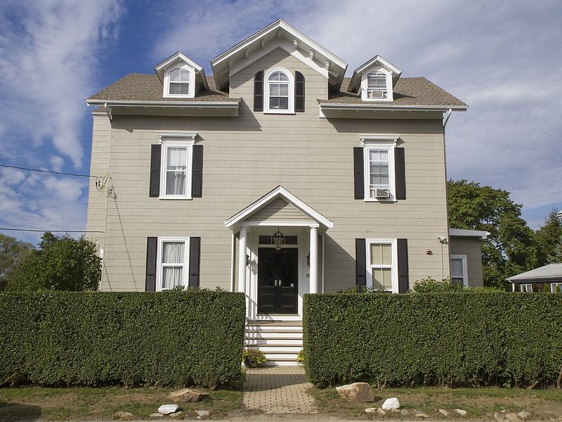 Desireable Coggeshall Ave - 2-Bdrm Units - 3rd  Floor, sleeps 4, aluguéis de temporada em Newport