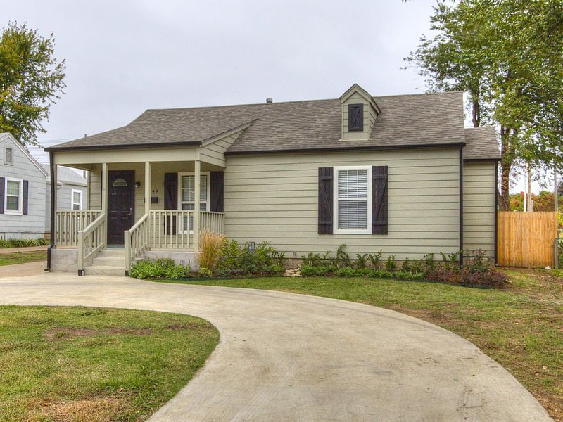 Excellent location - right across the street from the Expo Center! Sleeps 8, alquiler de vacaciones en Tulsa
