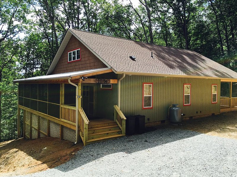Mountainside Views, Close to Town, Porches, Decks, Firepit, PlayPool, vacation rental in Brevard