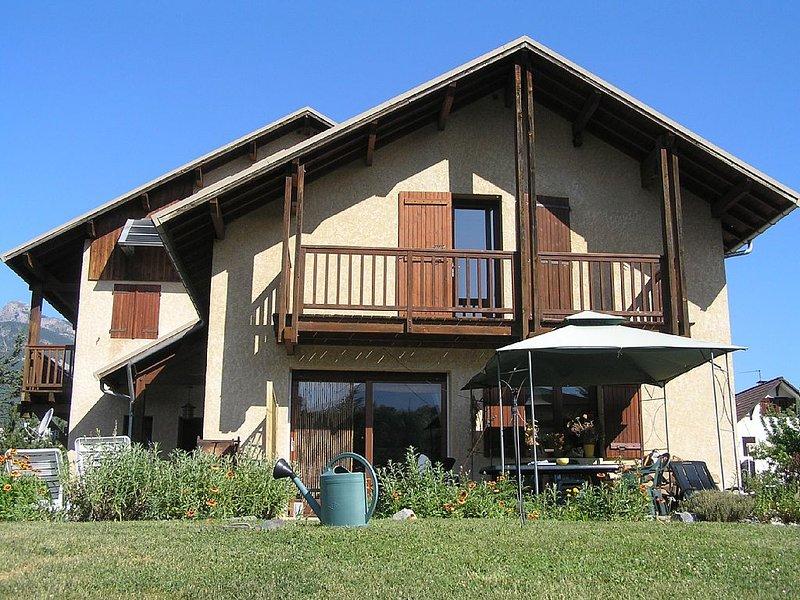 Chaleureuse maison familiale dans 1 environnement superbe au pied de Montdauphin, holiday rental in Champcella
