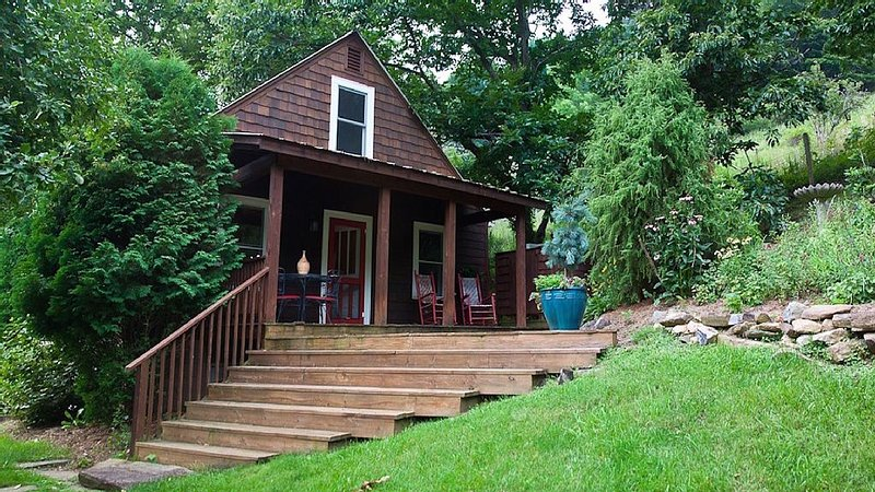 Chestnut Cottage * Old Orchard Creek Farm - Hiking, Views, Family Friendly, location de vacances à Lansing